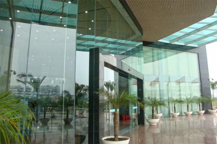 Mặt tiền cửa và vách kính lớn - tòa nhà tháp Láng Hạ