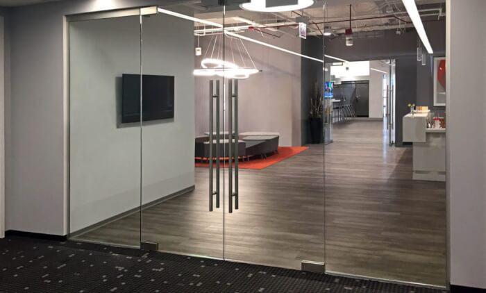 Mẫu cửa kính cường lực dùng trong văn phòng