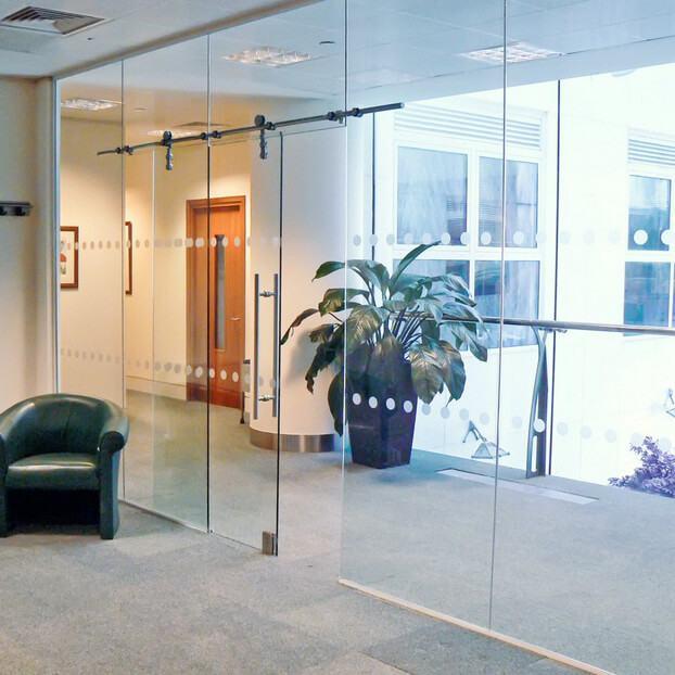Cửa kính cường lực văn phòng đẹp - sang trọng