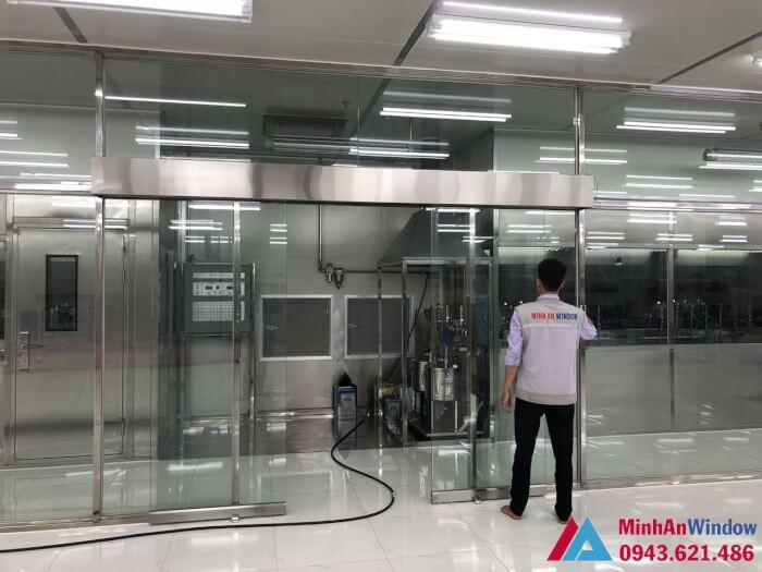 Nhân viên Minh An đang kiểm tra hoàn thành nốt công đoạn cuối cùng vách kính cường lực