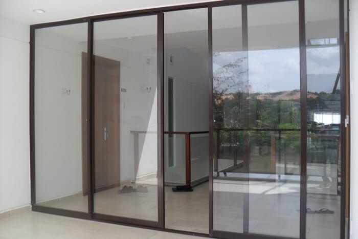 cửa trượt 4 cánh nhôm kính PMA màu nâu cafe
