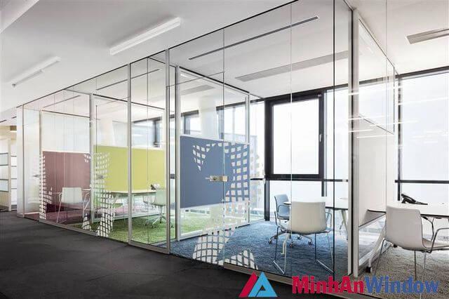 Cửa kính cường lực dán hoa văn đẹp mắt cho các khu tiếp khách văn phòng
