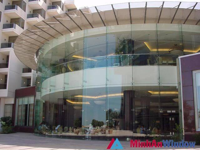 Cửa kính cường lực kết hợp các vách kính cường lực chân nhện cao cấp cho các khách sạn