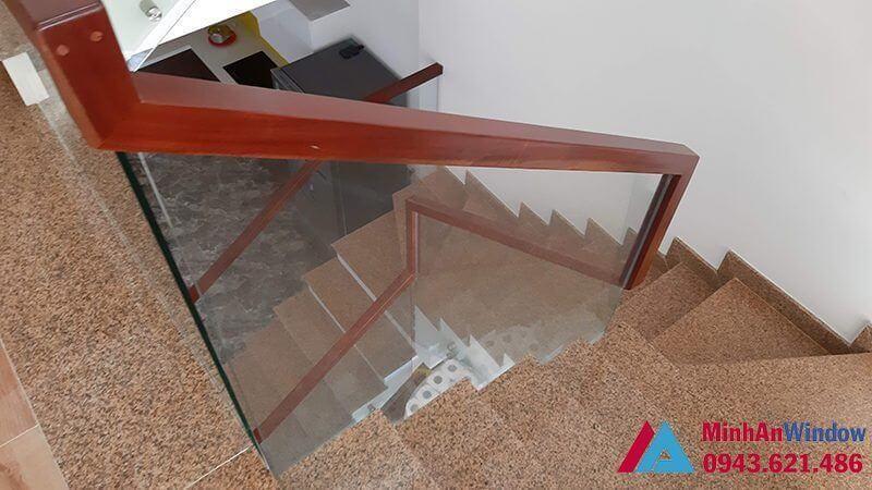 Cầu thang kính cường lực với tay vịn bằng gỗ