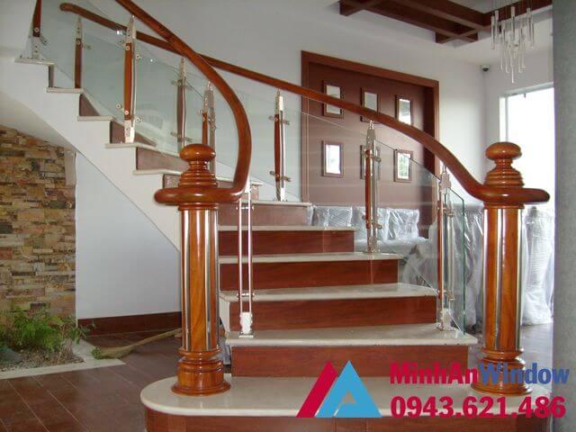 Cầu thang kính tay vịn gỗ phù hợp với nhiều không gian