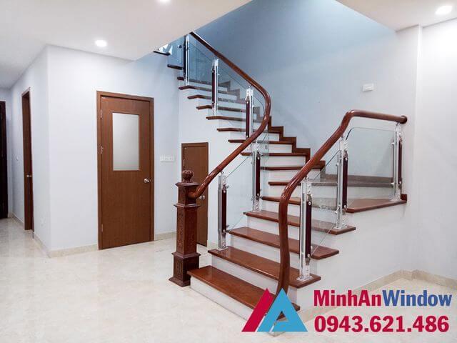 Cầu thang kính tay vịn gỗ cao cấp chất lượng cho mọi công trình