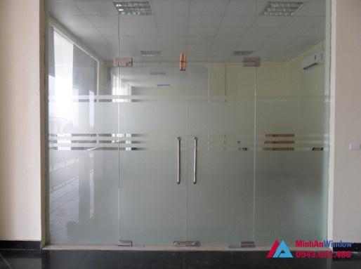 Cửa kính thủy lực 2 cánh kính mở chuyên dùng cho các văn phòng