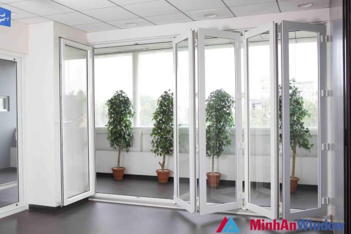 Cửa nhôm kính xếp trượt 6 cánh cho phòng khách sử dụng hệ nhôm Xingfa - Minh An Window đã thi công