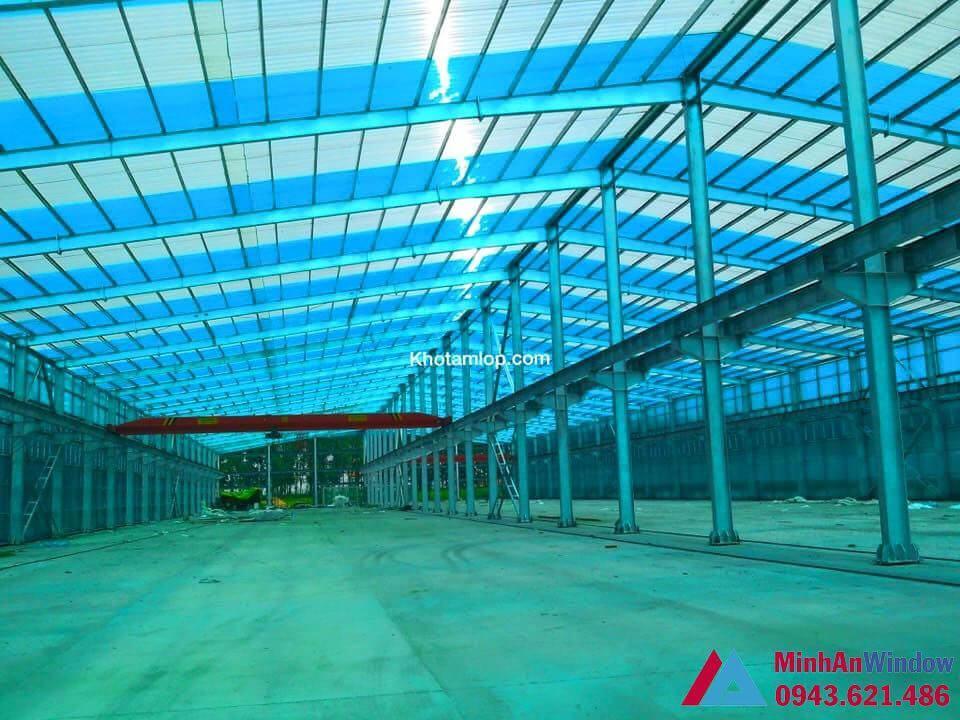 mái nhà máy sử dụng tấm nhựa rỗng lấy sáng