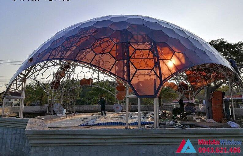 thiết kế mái nhựa hình quả cầu màu trà