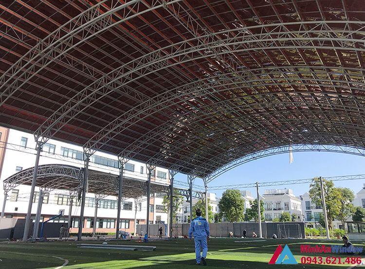 mái nhựa thông minh màu trà - khung inox - sân bóng đá