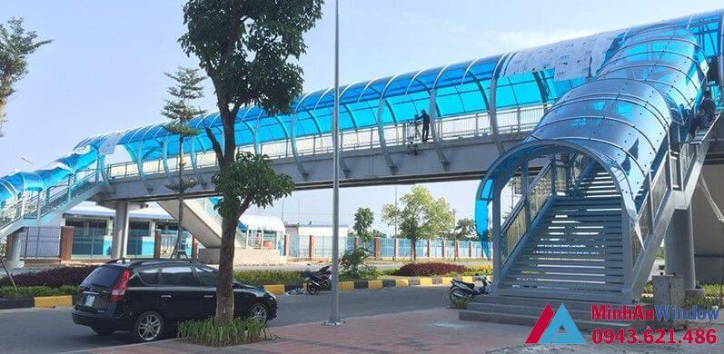 mái nhựa thông minh polycacbonate sử dụng cầu đi bộ trên cao