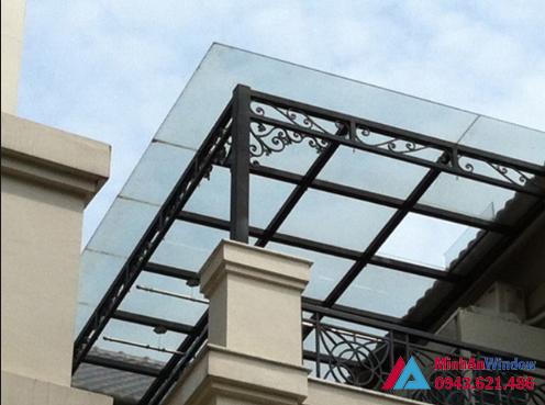 Mái kính sân thượng khung sắt lan can phổ biến