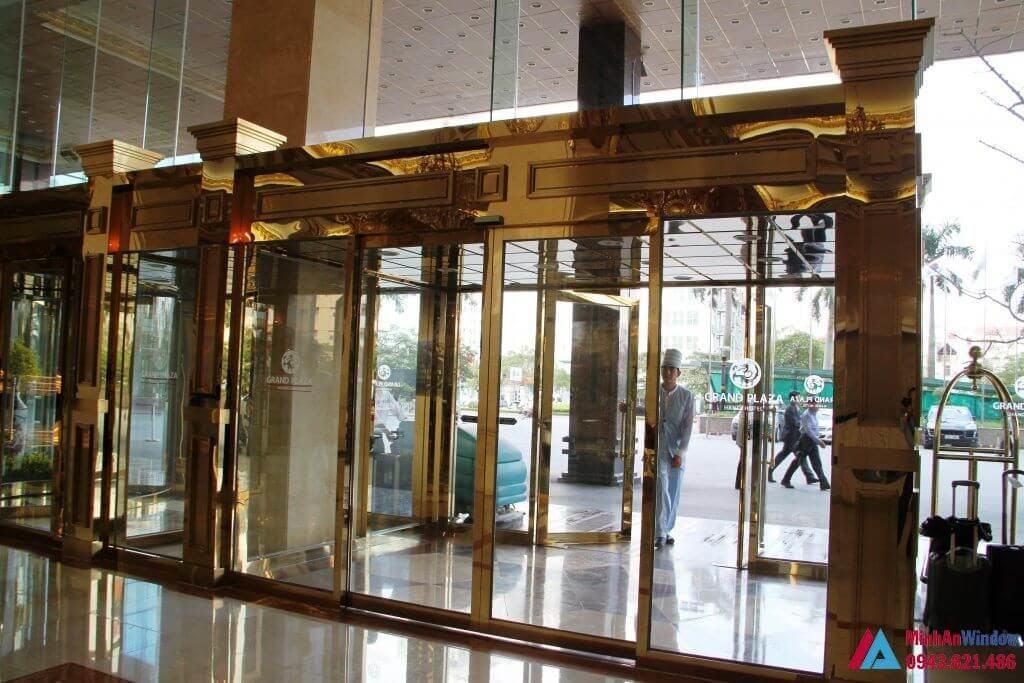 Cửa Trượt Tự Động Khung Inox Vàng Gương - MinhAn Window