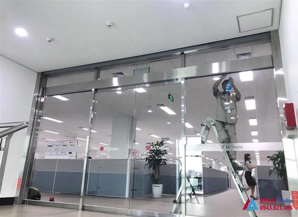 cửa kính tự động khung inox trắng