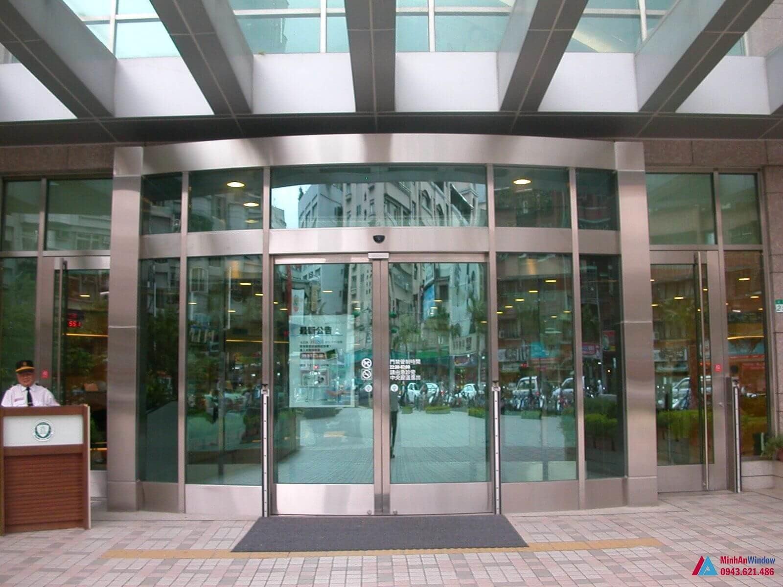 cửa kính tự động khung inox sảnh tòa nhà