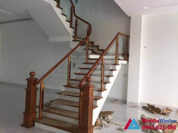 Cầu thang kính cường lực trụ gỗ cao cấp
