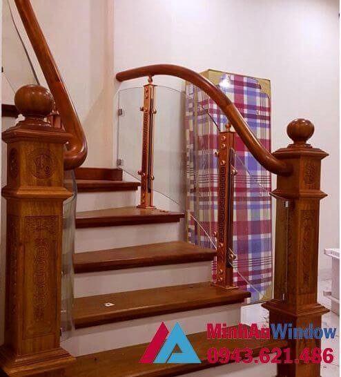 Cầu thang kính trụ gỗ cao cấp chất lượng