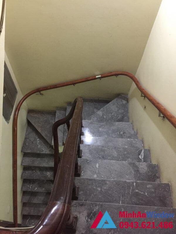 Thi công cầu thang kính tay vịn nhựa giả gỗ phổ biến