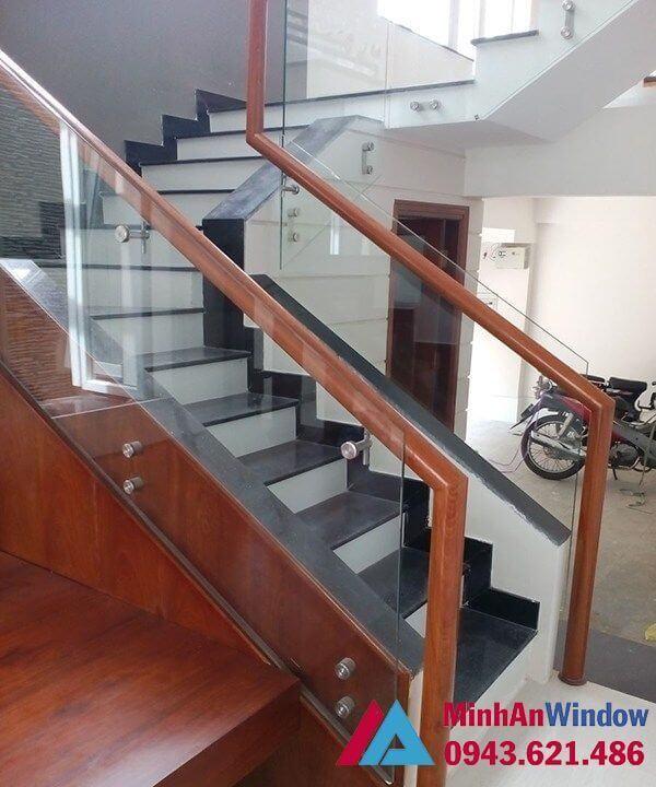 Cầu thang kính tay vịn nhựa cao cấp phổ biến nhất tại Việt Nam