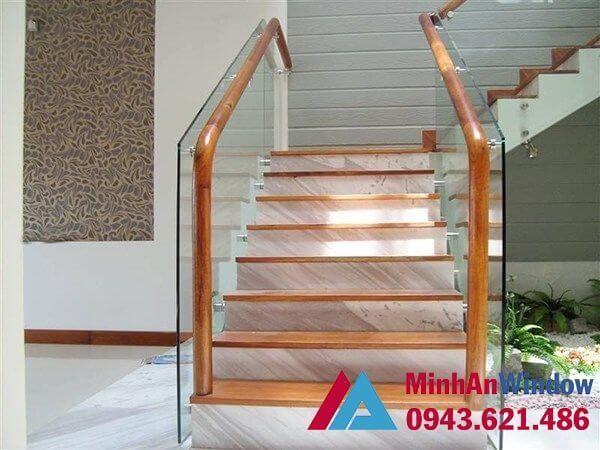 Cầu thang kính cường lực khung gỗ cao cấp chất lượng nhất