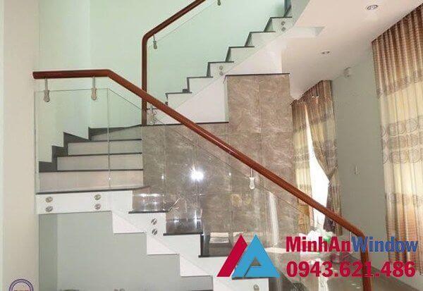 Cầu thang kính tay vịn nhựa cao cấp cho phòng khách