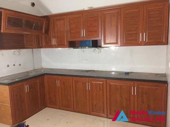 Mẫu tủ bếp nhôm kính vân gỗ đẹp nhẹ nhàng