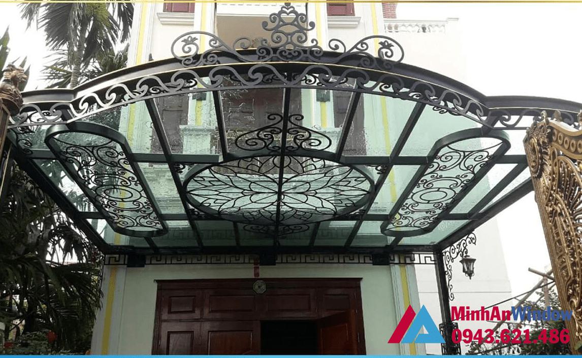 Nhiều phần hiên của căn hộ đều sử dụng mẫu mái kính khung săt nghệ thuật