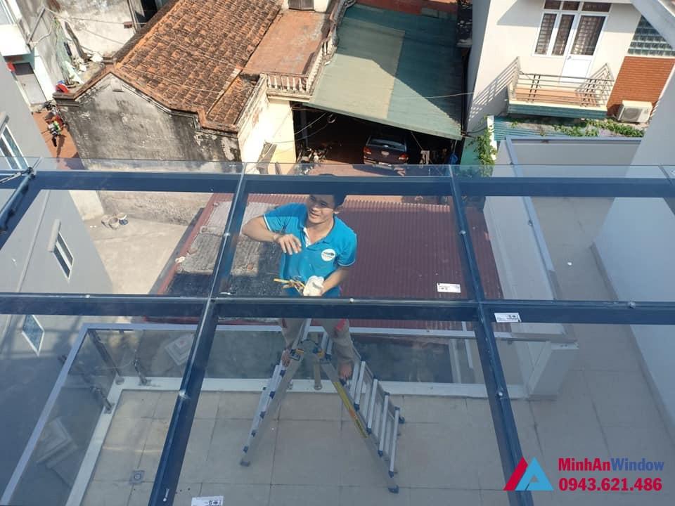Nhân viên đang thi công mái kính tại Lai Châu