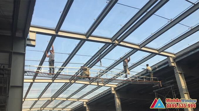 Nhân viên của Minh An Window lắp đặt mái kính cho khu công nghiệp