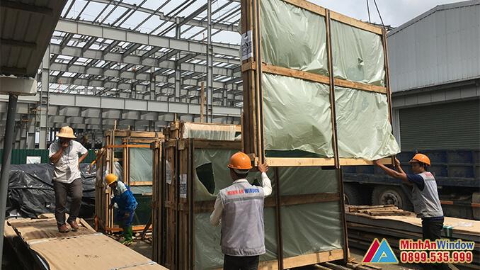Công nhân của Minh An Window chuẩn bị kính cường lực trước khi tiến hành lắp đặt