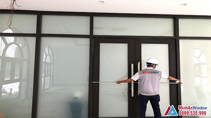 Cửa Kính Thủy Lực 2 Cánh Kết Hợp Kính Điện Thông Minh - Minh An Window Đã Thi Công