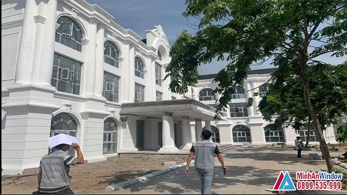 Nhân viên Minh An Window đo đạch, khảo sát lắp đặt cửa nhôm kính khu công nghiệp tại Hà Nội