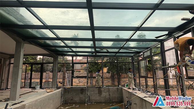Nhân viên Minh An Window đang lắp đặt mái kính cường lược và cửa nhôm kính khu công nghiệp