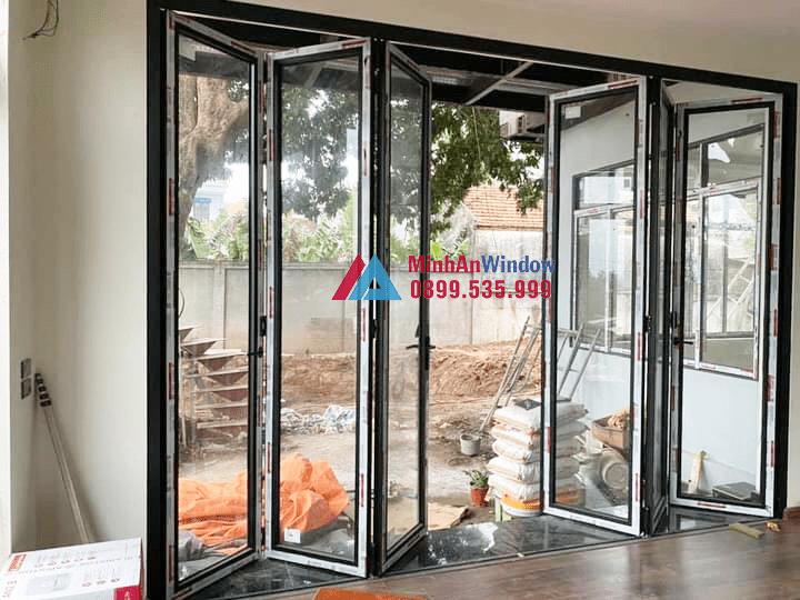 Mẫu cửa đi nhôm kính xếp gấp nhiều cánh Minh An Window đang lắp đặt cho khách hàng tại Yên Bái