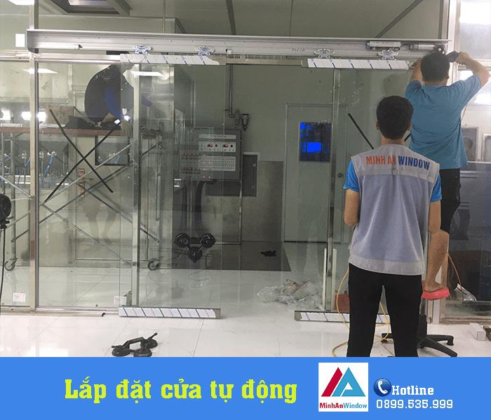 Đội ngũ thợ thi công của Minh An đang tiến hành lắp đặt cửa tự động inox cho nhà máy