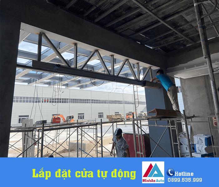 Nhân viên của Minh An Window tiến hành lắp đặt cửa tự động cho nhà máy tại Nghi Sơn - Thanh Hóa