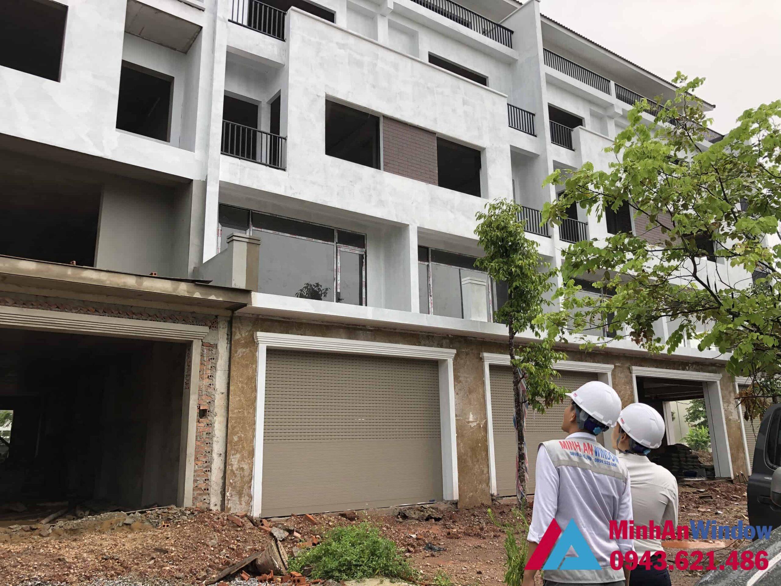 Nhân viên của Minh An Window khảo sát lắp đặt cửa nhôm kính cho nhà biệt thự