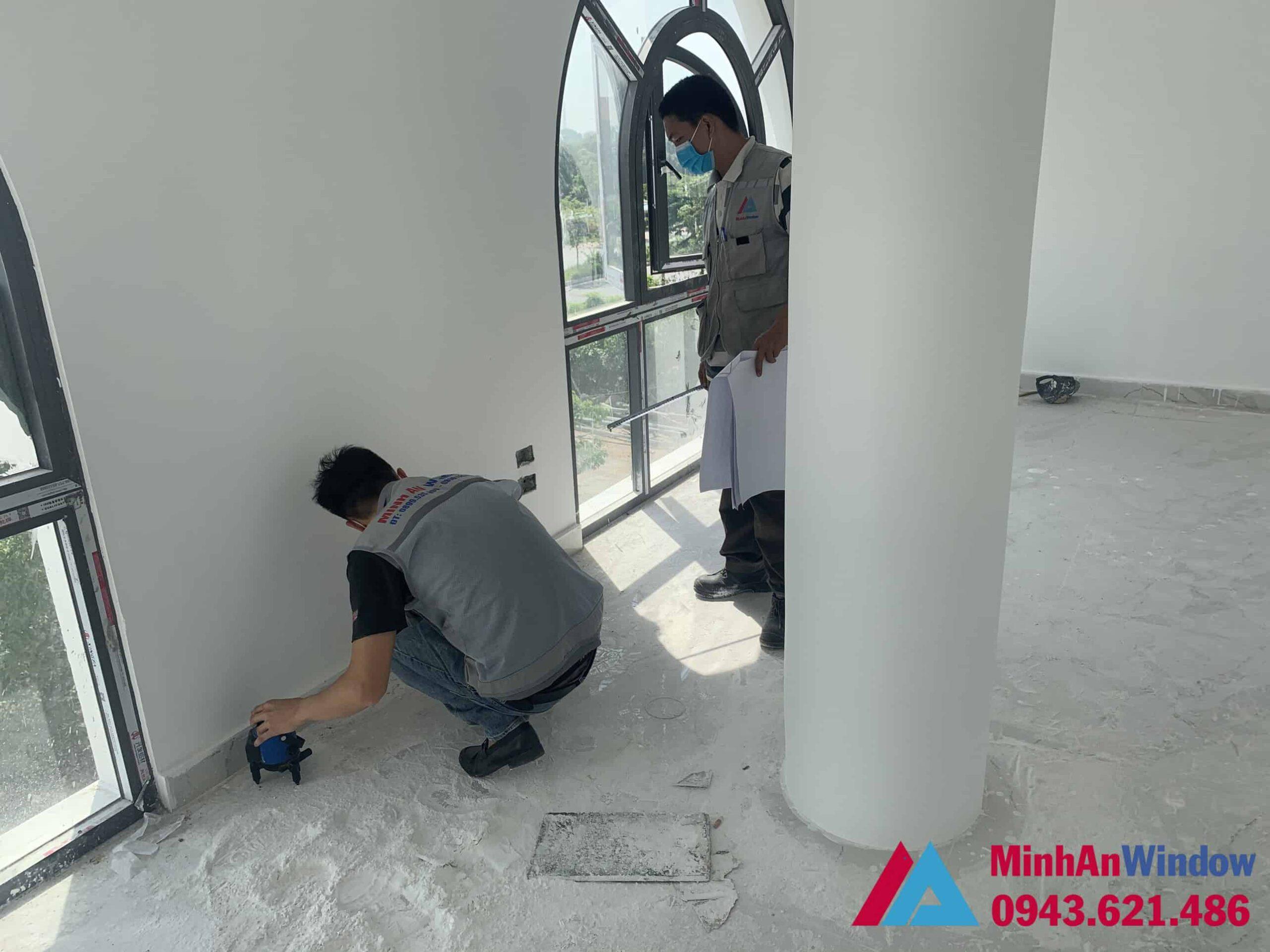 Nhân viên của Minh An Window tiến hành đo đạc, khảo sát làm cửa nhôm kính