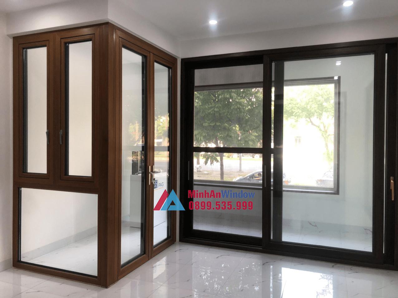 Mẫu cửa đi nhôm kính màu vân gỗ và màu ghi xám Minh An Window lắp đặt cho khách hàng tại Phú Thọ