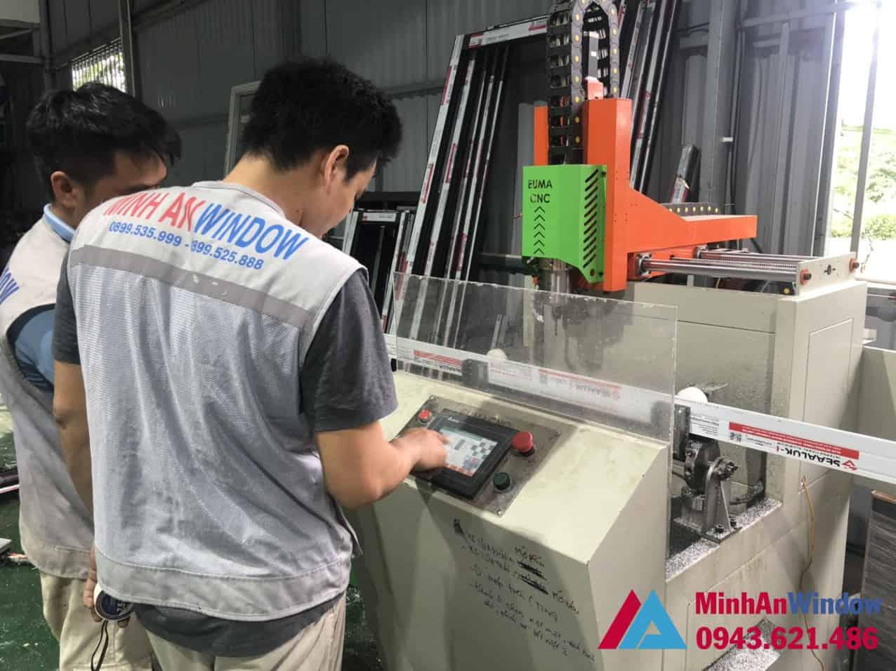 Minh An Window trang bị các máy móc hiện đại để sản xuất cửa nhôm kính