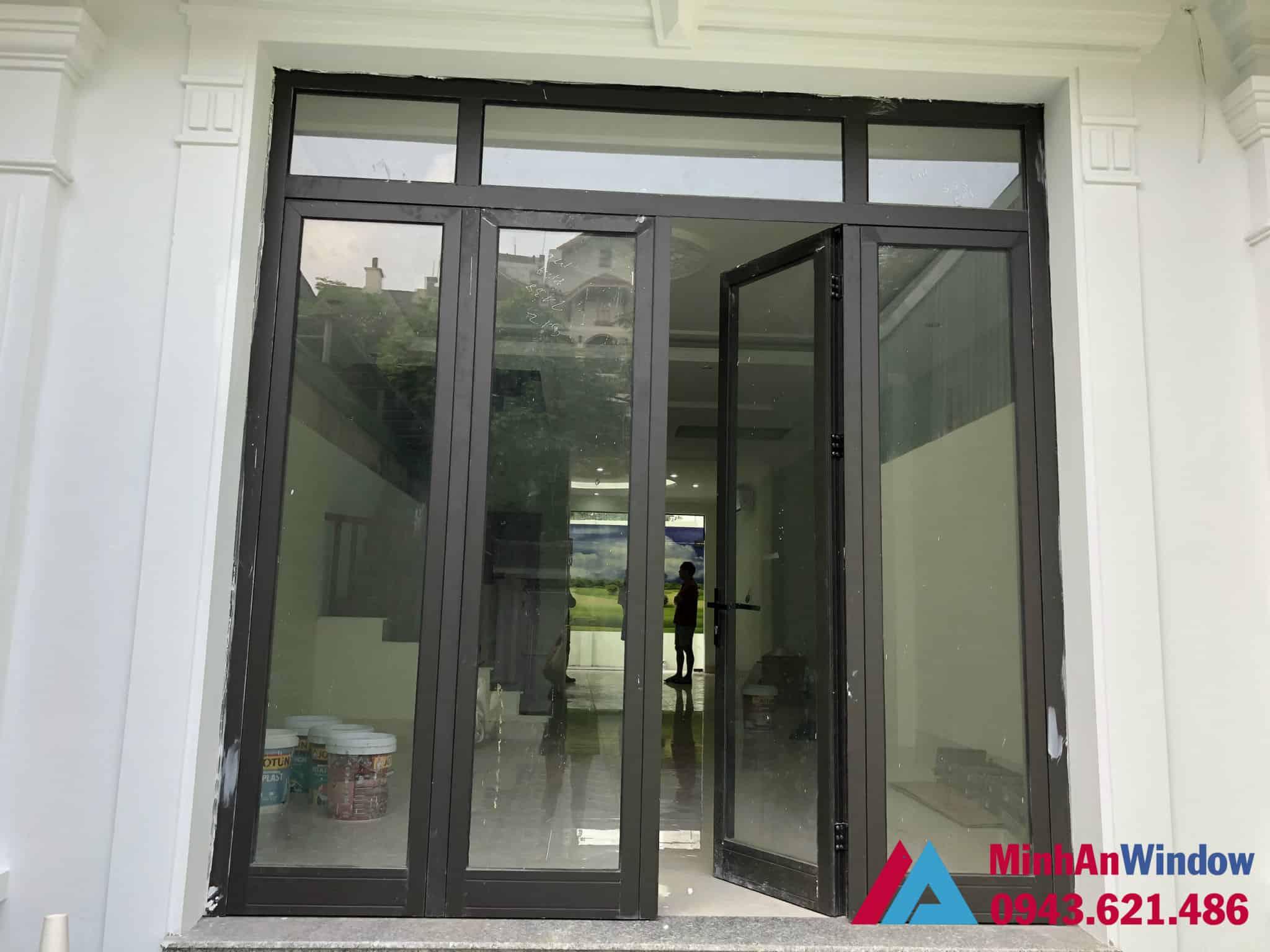 Mẫu cửa đi nhôm kính mở quay 4 cánh ghi xám Minh An Window lắp đặt cho khách hàng tại huyện Thanh Trì
