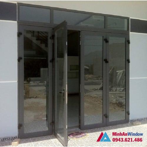 Mẫu cửa đi nhôm kính mở quay tại KCN Thạch Thất Quốc Oai do Minh An Window lắp đặt