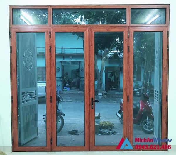 Mẫu cửa đi nhôm kính mở quay 4 cánh màu vân gỗ Minh An Window lắp đặt cho khách hàng tại huyện Thanh Trì