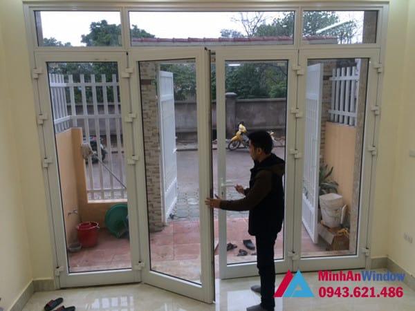 Mẫu cửa đi nhôm kính mở quay màu trắng Minh An Window lắp đặt cho khách hàng tại Sóc Sơn