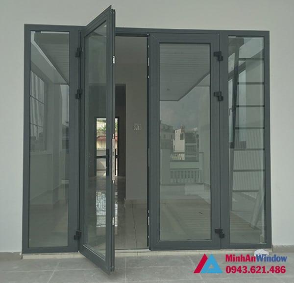 Mẫu cửa đi nhôm kính mở quay Minh An Window lắp đặt cho khách hàng tại huyện Thanh Trì