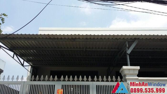 Mẫu mái tôn che sân trước nhà do Minh An Window lắp đặt cho nhà ở