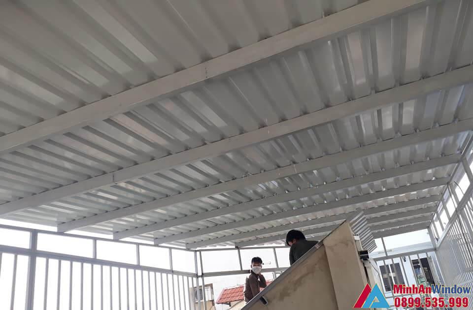 Nhân viên của Minh An Window lắp đặt mái tôn che sân trước nhà cho nhà ở
