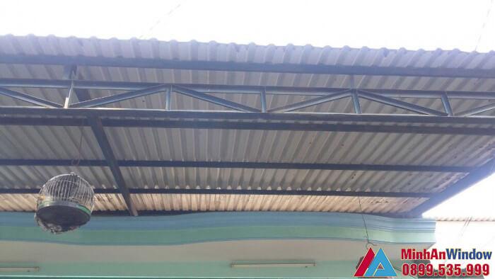 Mẫu mái tôn che sân trước nhà với khả năng lấy sáng tốt
